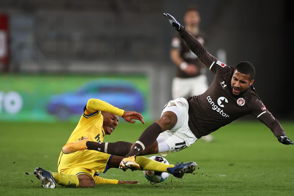 St. Paulis Daniel-Kofi Kyereh und Braunschweigs Yassin Ben Balla (l.) im Zweikampf um den Ball.
