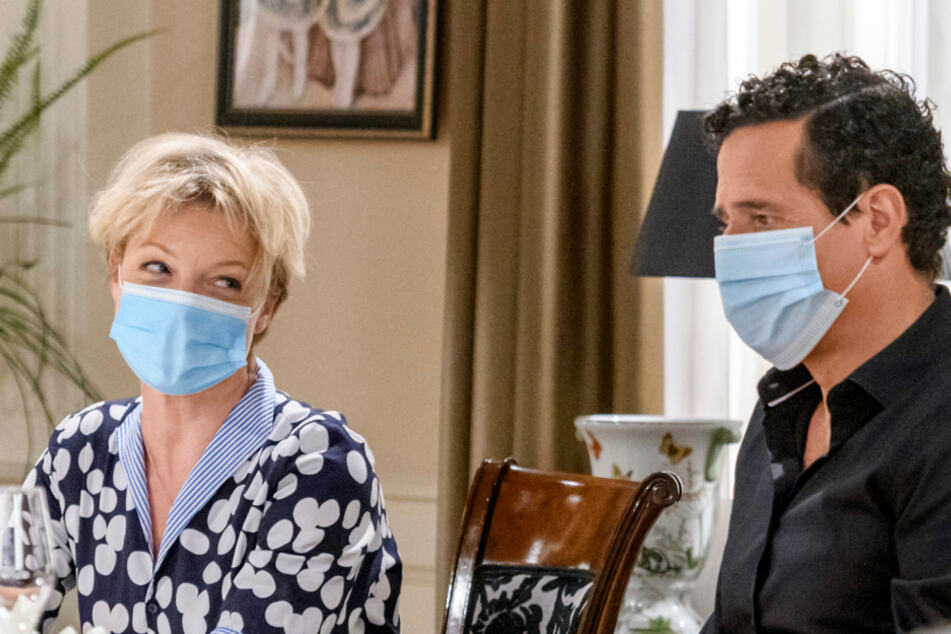 Markus Pfeiffer als Dirk Baumgartner und Julia Grimpe als Linda Baumgartner proben nur mit Mund-Nasen-Bedeckung.
