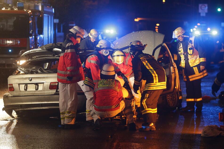 Drei Menschen verletzt: Auto gerät in Düsseldorf ins Schleudern