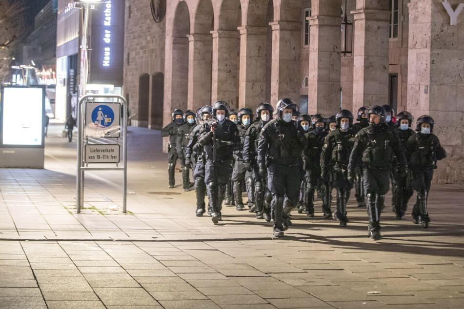 Hunderte Menschen trotz Corona: Polizei räumt Schlossplatz