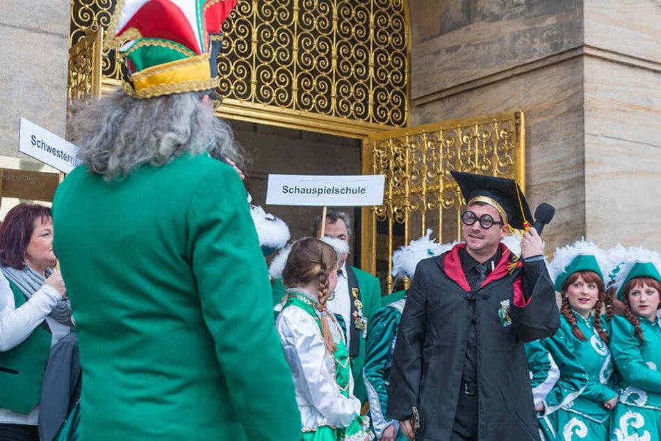 """DCC-Präsident Michael Thiele will das """"Bildungsunwesen"""" verbessern. Er kam mit elf """"Quereinsteigern"""" zum Rathaus. Baubürgermeister Raoul Schmidt-Lamontaine griff das Thema auf, begrüßte ihn als Lehrer für Zauberei."""