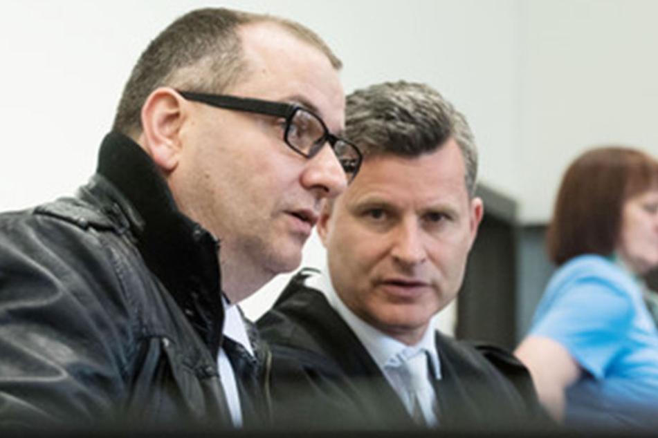 Der Angeklagte Wilfried W. (l.) und sein Anwalt Detlef Binder (M), sowie die Angeklagte Angelika W. sitzen im Landgericht Paderborn.