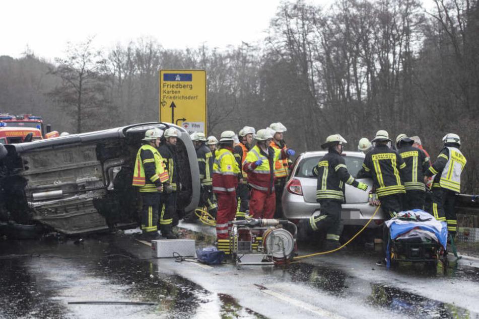 Feuerwehrleute befreiten die Verletzten aus den Fahrzeugen.