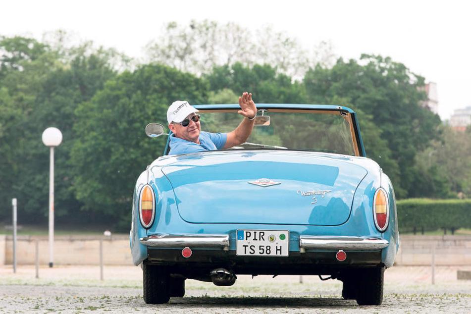 Thomas Schönberg (60) winkt aus seinem schnittigen Wartburg 313/1 Sport.