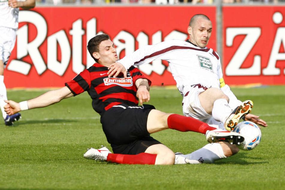 Zwischen 2010 und 2012 lief Christian Tiffert (r.), hier im Zweikampf mit Freiburgs Daniel Caligiuri, 63 Mal für den 1. FC Kaiserslautern in der Bundesliga auf. Im zweiten Jahr war er Kapitän.