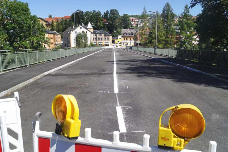 In Wilkau-Haßlau wurde am Montag die notsanierte Muldenbrücke wieder freigegeben.