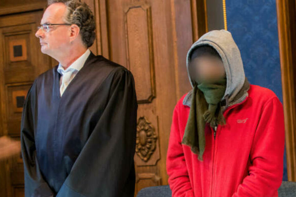 Der Angeklagte (rechts) steht zum Prozessbeginn neben seinem Anwalt Matthias Macht.