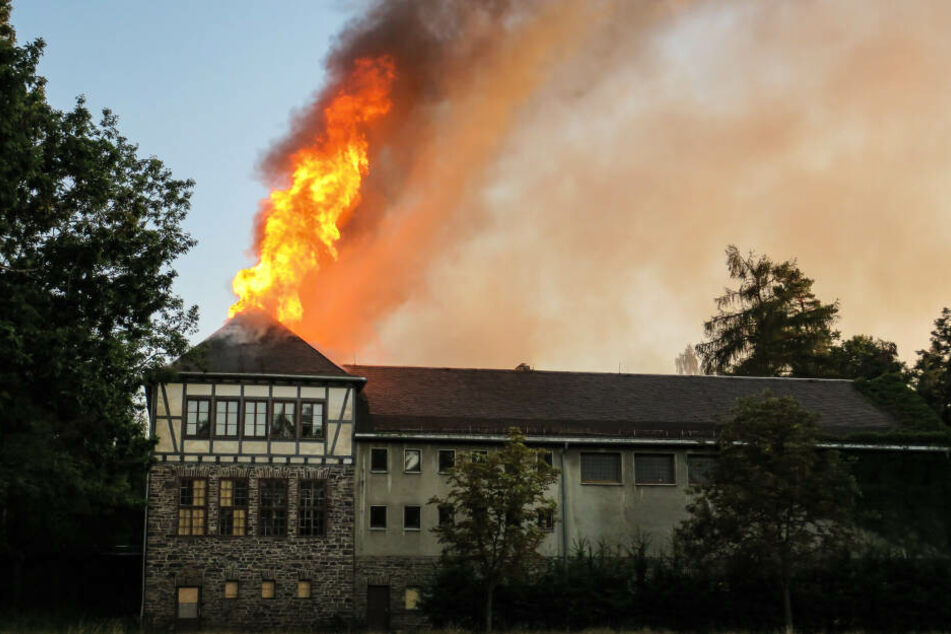 Ehemalige Schule im Erzgebirge in Flammen