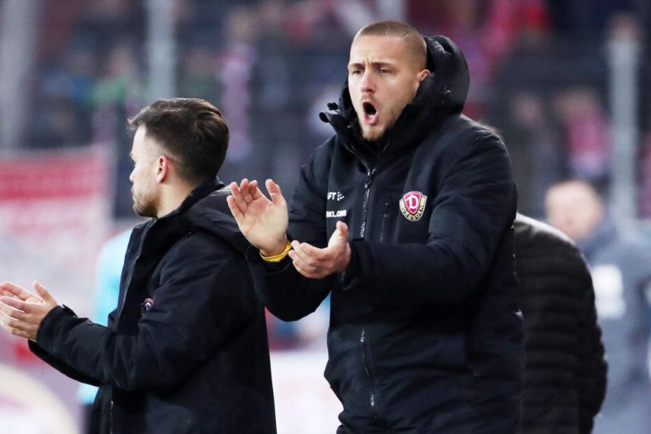Mannschaftsgeist: René Klingenburg (r.) feuert die Kollegen nach seiner Auswechslung an.