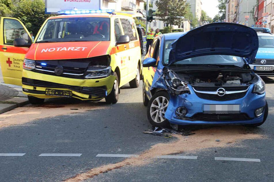 Opel und Notarztwagen kollidierten.