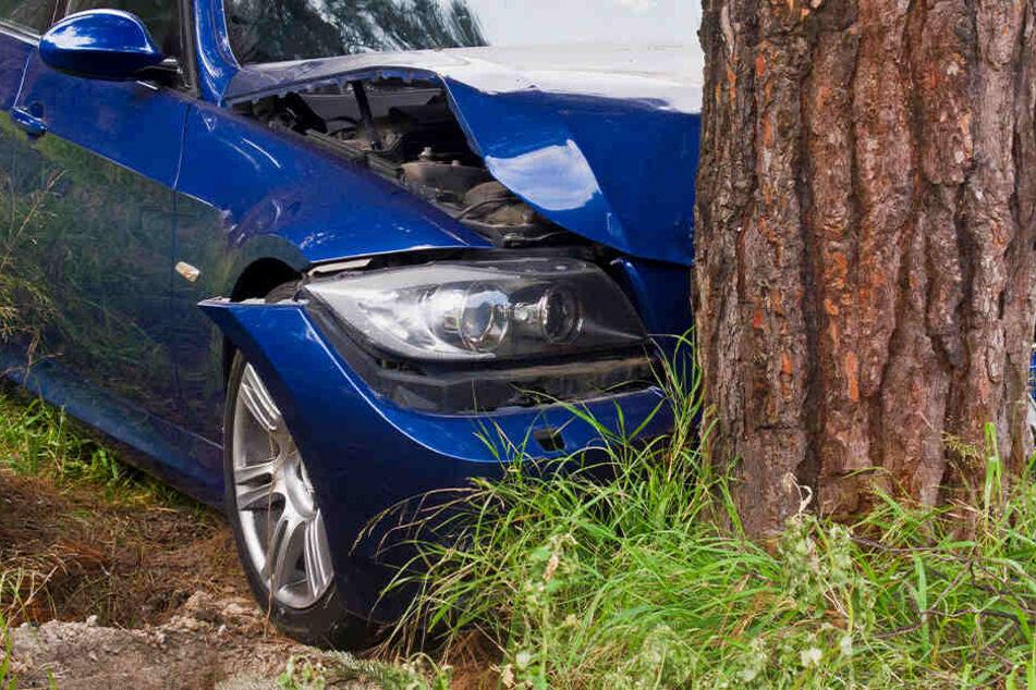 Das Auto war von der Straße abgekommen und prallte gegen einen Baum. (Symbolbild)