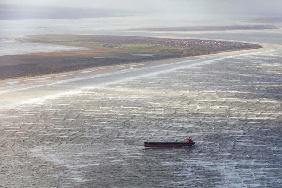 """Der Frachter """"Glory Amsterdam"""" liegt in der Deutschen Bucht vor Langeoog auf Grund. (Archivbild)"""