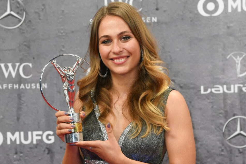 """Sophia Flörsch (19), Rennfahrerin, erhält eine Trophäe in der Kategorie """"Comeback of the Year"""" bei der Verleihung der Laureus Sport Awards."""