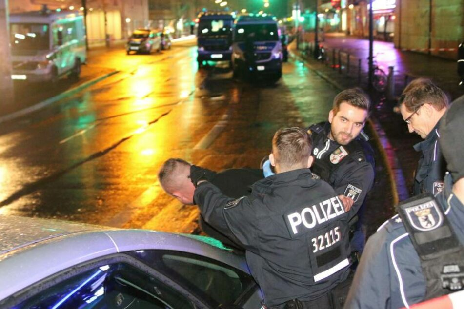 In den Auseinandersetzungen zwischen Polizei und den Party-Gästen musste ein Mann festgenommen werden.