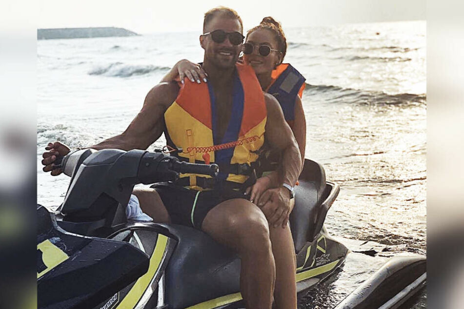 Janine Pink (32) und Tobias Wegener (26) entspannen gerade im Dubai-Urlaub. Unter diesem Foto gab es aber einen bösen Kommentar.