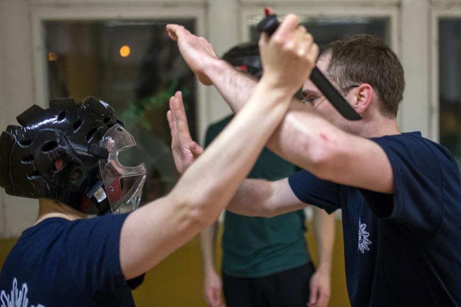 In den Kursen lernen die Teilnehmer mit Gefahrensituationen umzugehen.