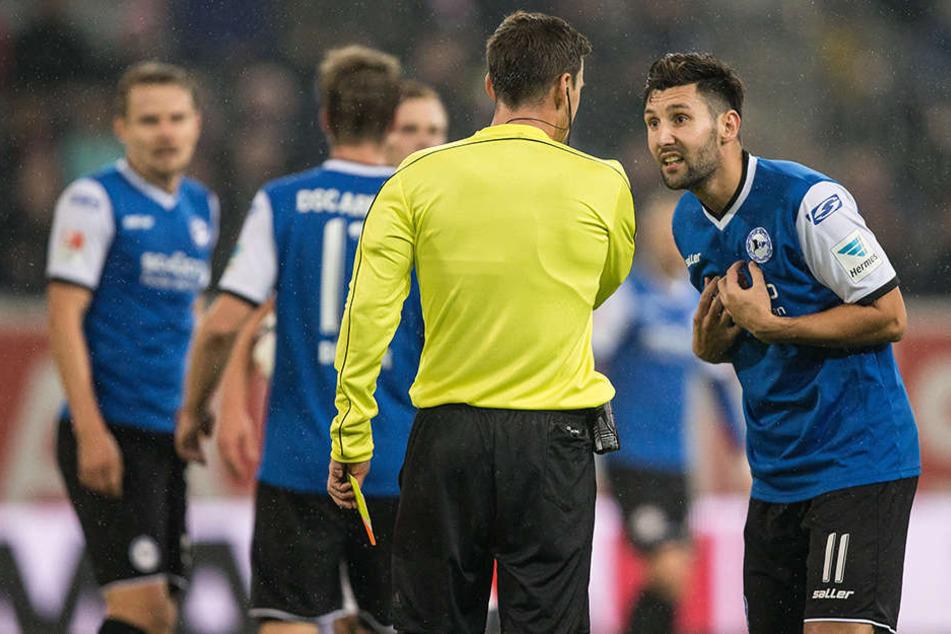 Schiedsrichter Christian Dietz schickt Salger vom Platz.