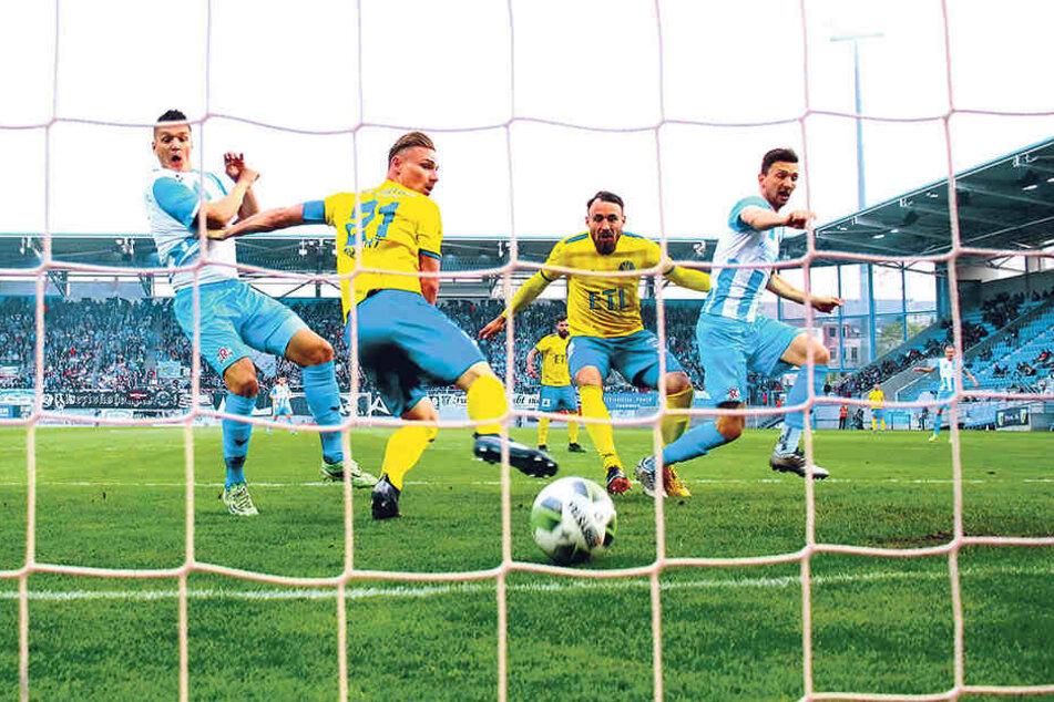 Matti Langer (r.) trifft im Halbfinale gegen Lok nach fünf Minuten zum 1:0 und später zum 2:0. Der CFC vergeigt die Führung, muss in die Verlängerung, liegt 2:3 zurück, gleicht durch Ioannis Karsanidis aus, rettet sich ins Elfmeterschießen. Das gewinnt de