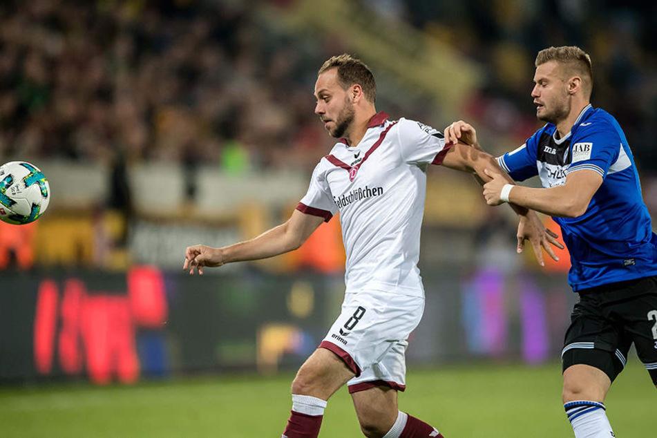Dresdens Rico Benatelli (links) und Bielefelds Florian Hartherz kämpfen um den Ball.