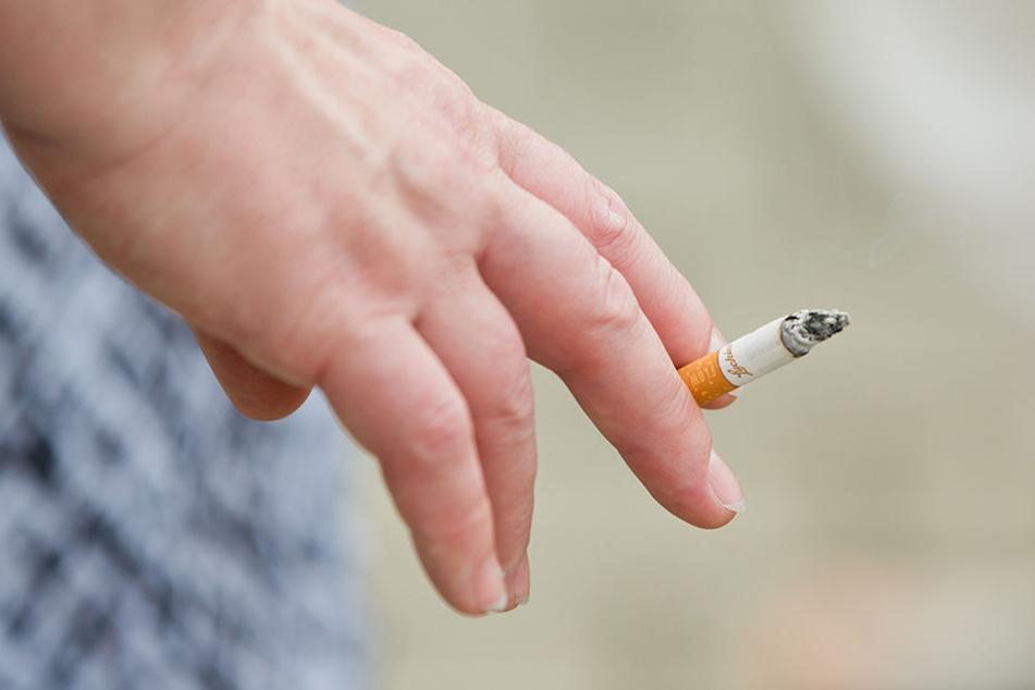 """""""Würden Raucher die Kosten selbst zahlen, müsste eine Packung Zigaretten 11,30 Euro kosten."""" Das sagt ein renommierter Wissenschaftler."""