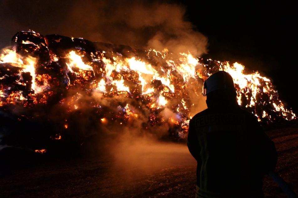 Laut Polizei brannten etwa 500 Strohballen ab.