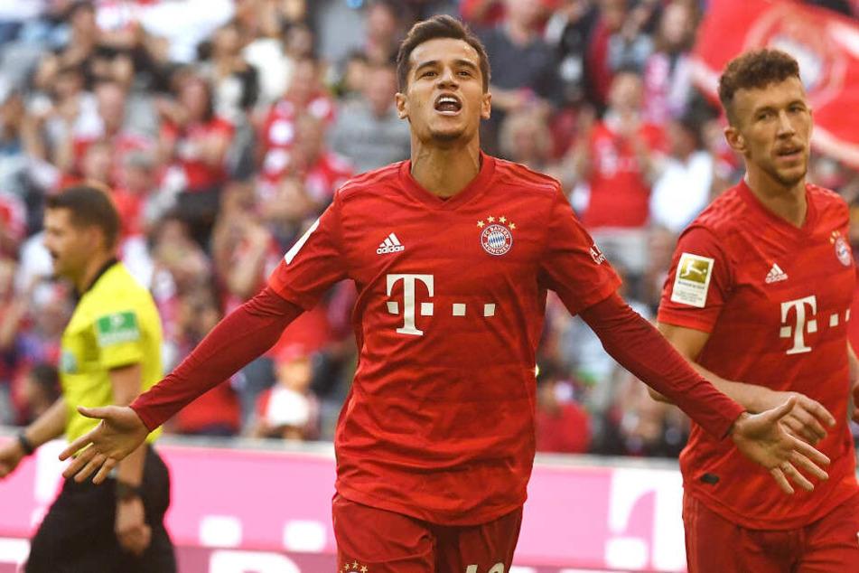 Bayern-Neuzugang Philippe Coutinho (M) jubelt über seinen Treffer zum ersten Elfmeter, der dann nochmal wiederholt wurde.