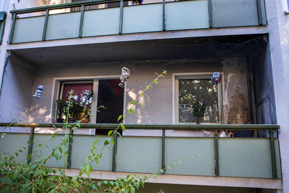 Auf dem Balkon dieser Erdgeschosswohnung brannte ein Sofa. Fast hätten die  Flammen auf die Wohnung übergegriffen.