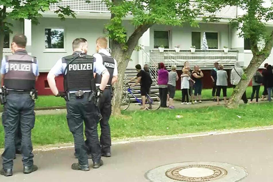 Die besorgten Nachbarn hatten gegen die Rückkehr des Tatverdächtigen protestiert.