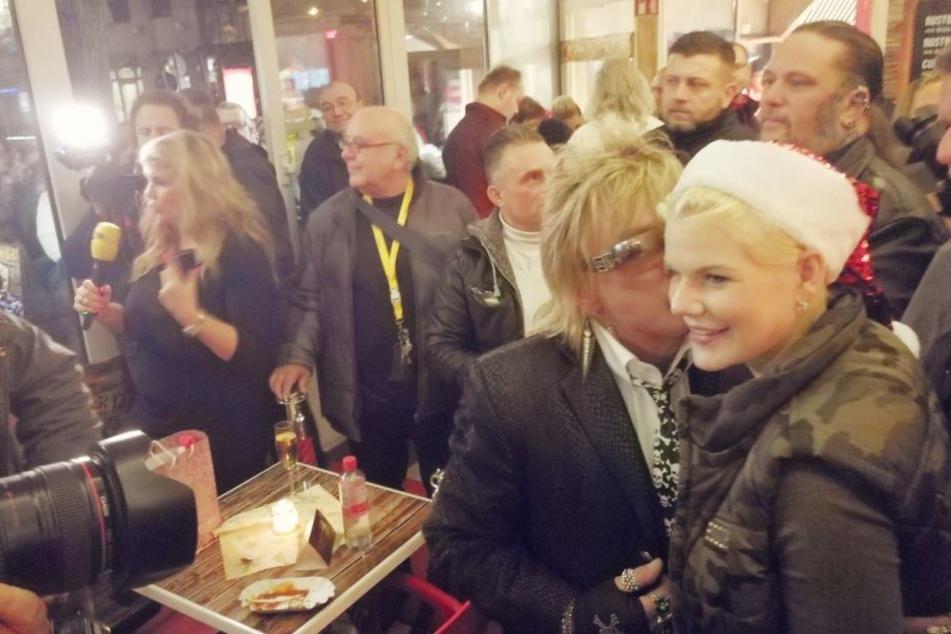 Melanie Müller posiert mit Bert Wollersheim und Nikolaus-Mütze vor den Kameras. Kurz zuvor flirtete sie den 66-Jährigen an.