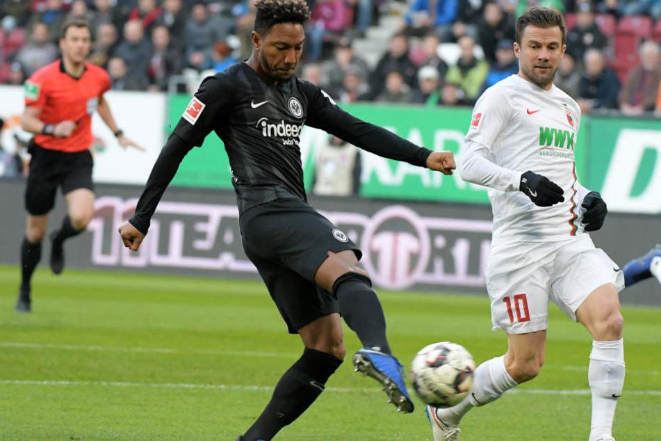 So schnell konnten Daniel Baier (Re.) und der FCA gar nicht schauen, da stand es schon 1:0 für die Eintracht. Torschütze: Jonathan de Guzmán.
