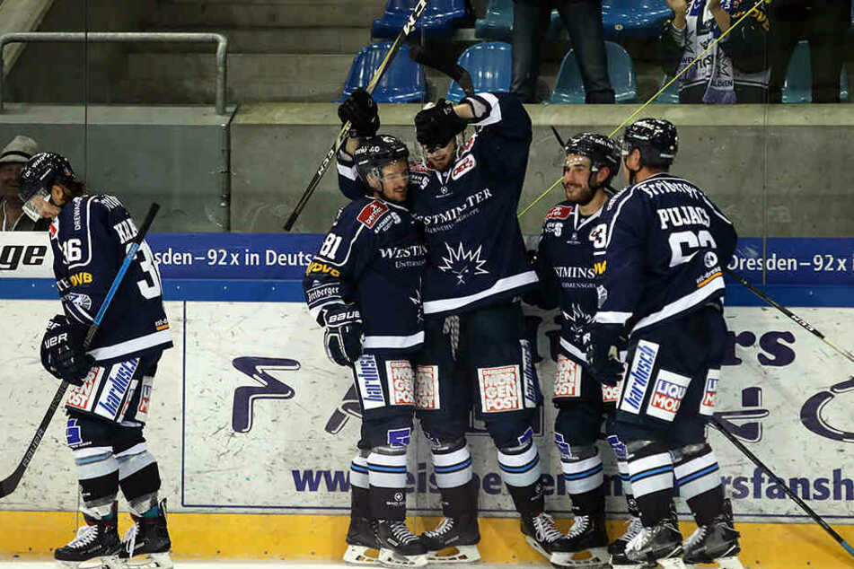 Kollektive Glücksgefühle bei den Eislöwen nach dem dritten Treffer gegen den Tabellenführer.