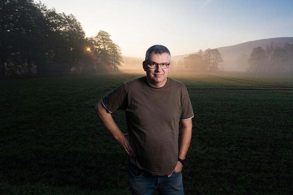 Landwirt Marco Birnstengel (54) ärgert sich über den gefährlichen Unsinn auf seinem Acker.
