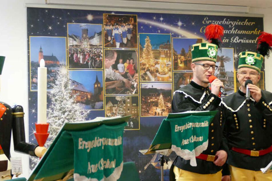 Bergmänner bringen den Belgiern die erzgebirgische Weihnachtstradition näher.