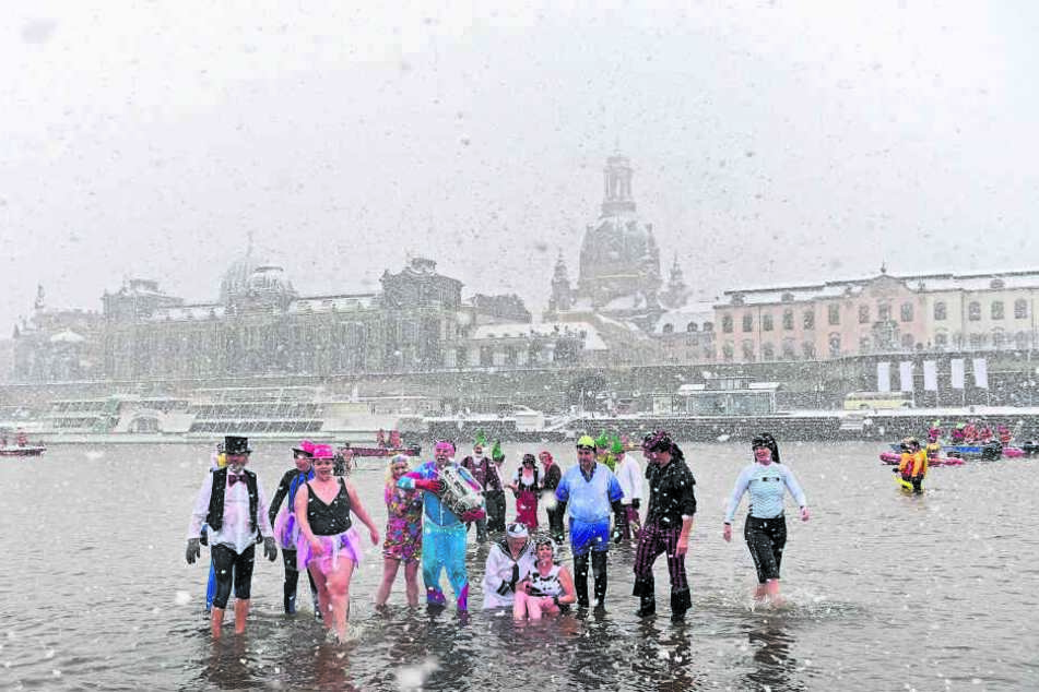 Insgesamt 80 Wagemutige stürzten sich in die eisigen Fluten. Einige von ihnen in feschen Kostümen.