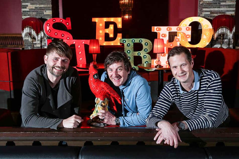 Roberto Münch (40, l.) und Mischa Seidel (46, r.) von der Pussytotalbar und Stephan Gräber (46, Waterloo Produktion) freuen sich auf den ersten, neuen Filmball im Parkhotel.