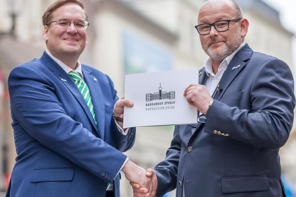 Festivaldirektor Filip Albrecht (F.l.) und Jakub Zika von den  Barrandov-Filmstudios bringen im August Kostüme und Kulissen der Märchenwelt  nach Annaberg.
