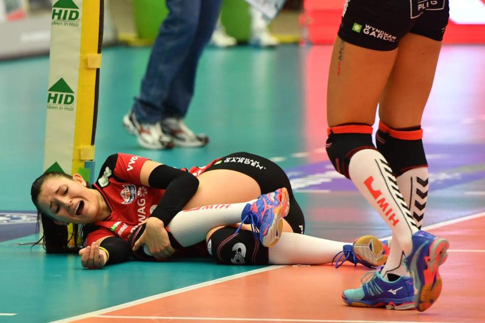 Der Schockmoment, in dem sich Eva Hodanova vom DSC das verletzte Knie hält.