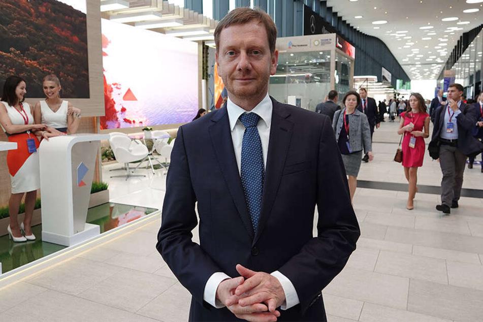 Michael Kretschmer (44, CDU) steht in einer Halle des Wirtschaftsforums.