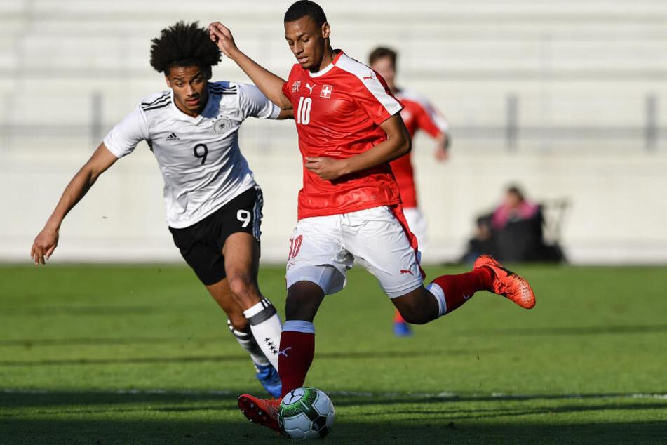 Djibril Sow (Re.) im Dress der Schweizer U20-Nationalmannschaft.