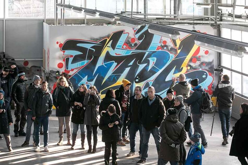 Interessierte und Kunstfreunde konnten Sonntag letztmalig die Abfertigungshalle samt Wandkunst besichtigen.