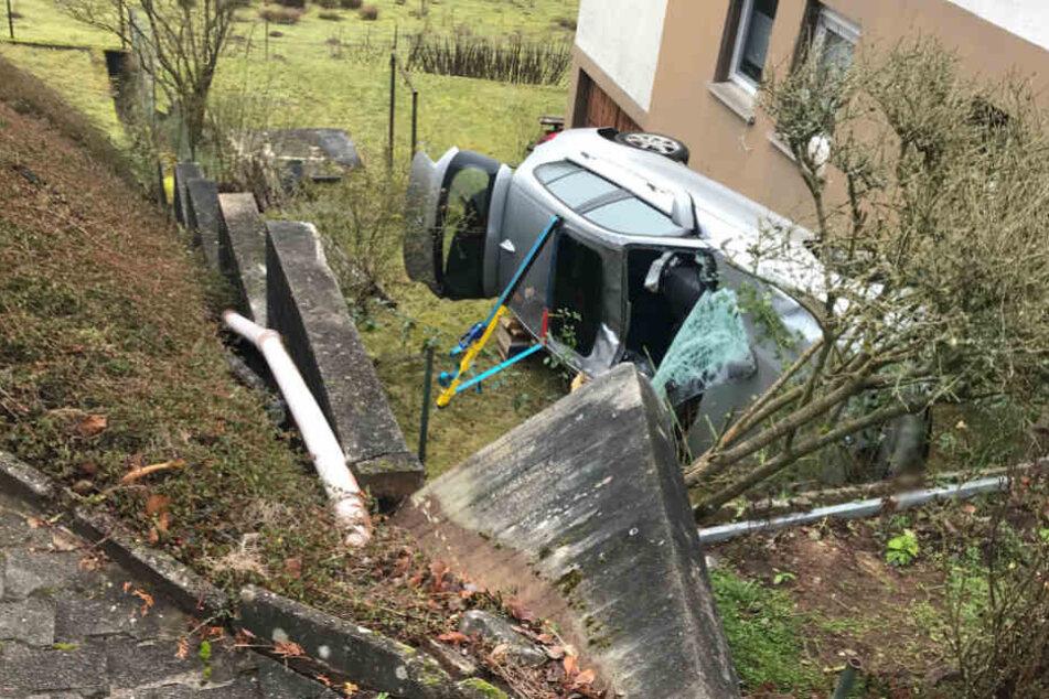 Rentner will einparken und stürzt fünf Meter in die Tiefe