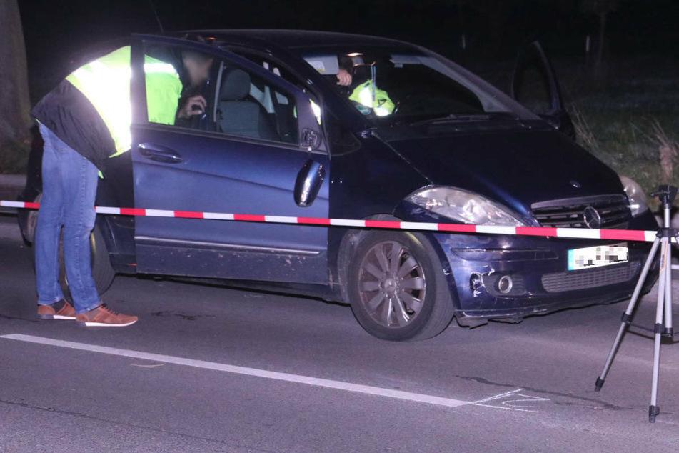 Mercedes rammt Radler und verursacht Baum-Crash