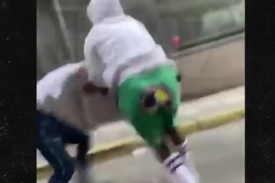 Rapper ASAP Rocky reißt einen jungen Mann zu Boden. Danach schlagen noch weitere Männer auf ihn ein.