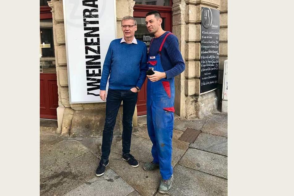 Völlig entspannt posierte Jauch mit einem Fan vor der WeinZentrale.