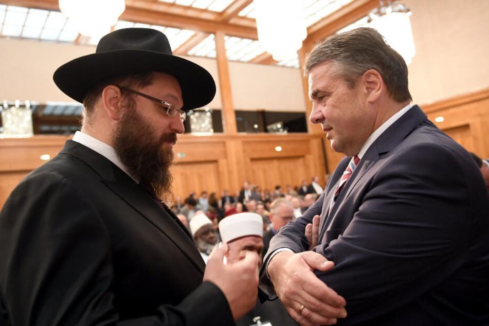 Rabbiner Yehuda Teichtal (l.) und Bundesaußenminister Sigmar Gabriel (SPD) sprechen in Berlin miteinander. (Archivbild)