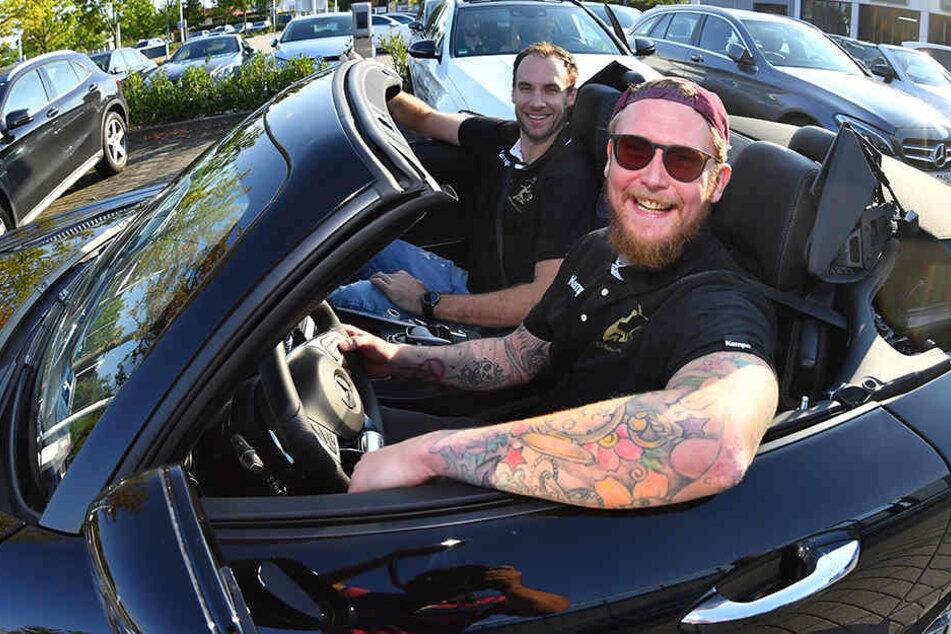 Spaß pur! Henning Quade (am Steuer) und Patrik Hruscak genossen das Fahr-Feeling in einem Mercedes-AMG GT Roadster.