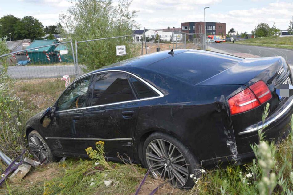 Der geliehene Audi A8 donnerte in die Baustellenabsperrung.