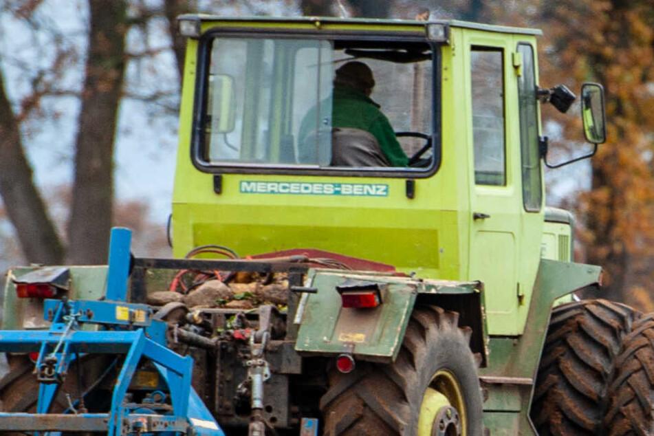Ein Auto crasht in einen Traktor und der Traktorfahrer stirbt. (Symbolbild)