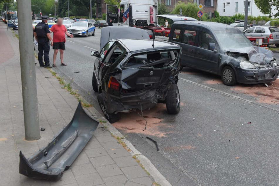 Die beiden Fahrzeuge wurden bei dem Unfall stark beschädigt.