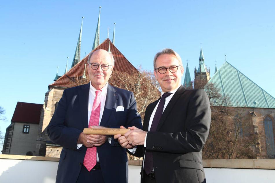 Schleswig-Holsteins Innenminister Hans-Joachim Grote (l.) übergab den symbolischen Staffelstab an Georg Maier.